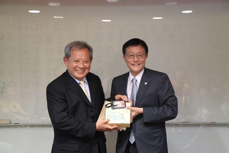 周行一校長(右)致贈終身校友證予陳本源(左)董事長。攝影:張方瑀。