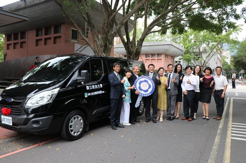 與會來賓於捐贈車前合影。攝影:張方瑀。