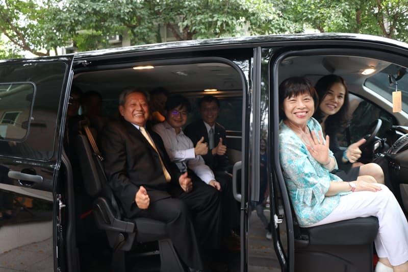 與會來賓試乘捐贈車繞校園。攝影:張方瑀。