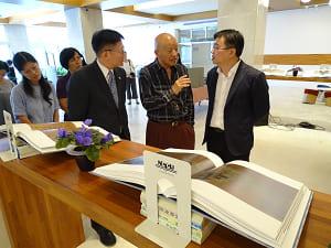 圖書館陳志銘副館長(右)表示贈書未來將置於達賢圖書館。照片提供:圖書館